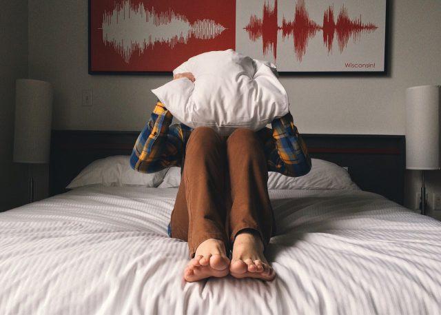 Kołdry i narzuty antyalergiczne – sposób na alergię w sypialni