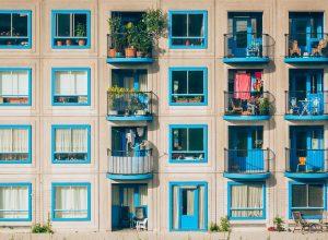 Czym ozdobić okna balkonowe?