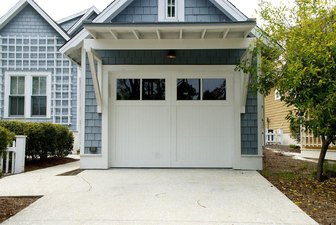 Drzwi i brama do garażu – o czym pamiętać przy montażu?