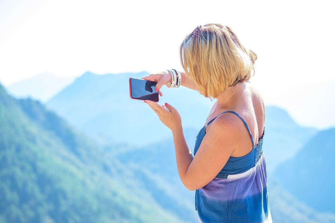 Telefon w podróży – jakie akcesoria zabrać?