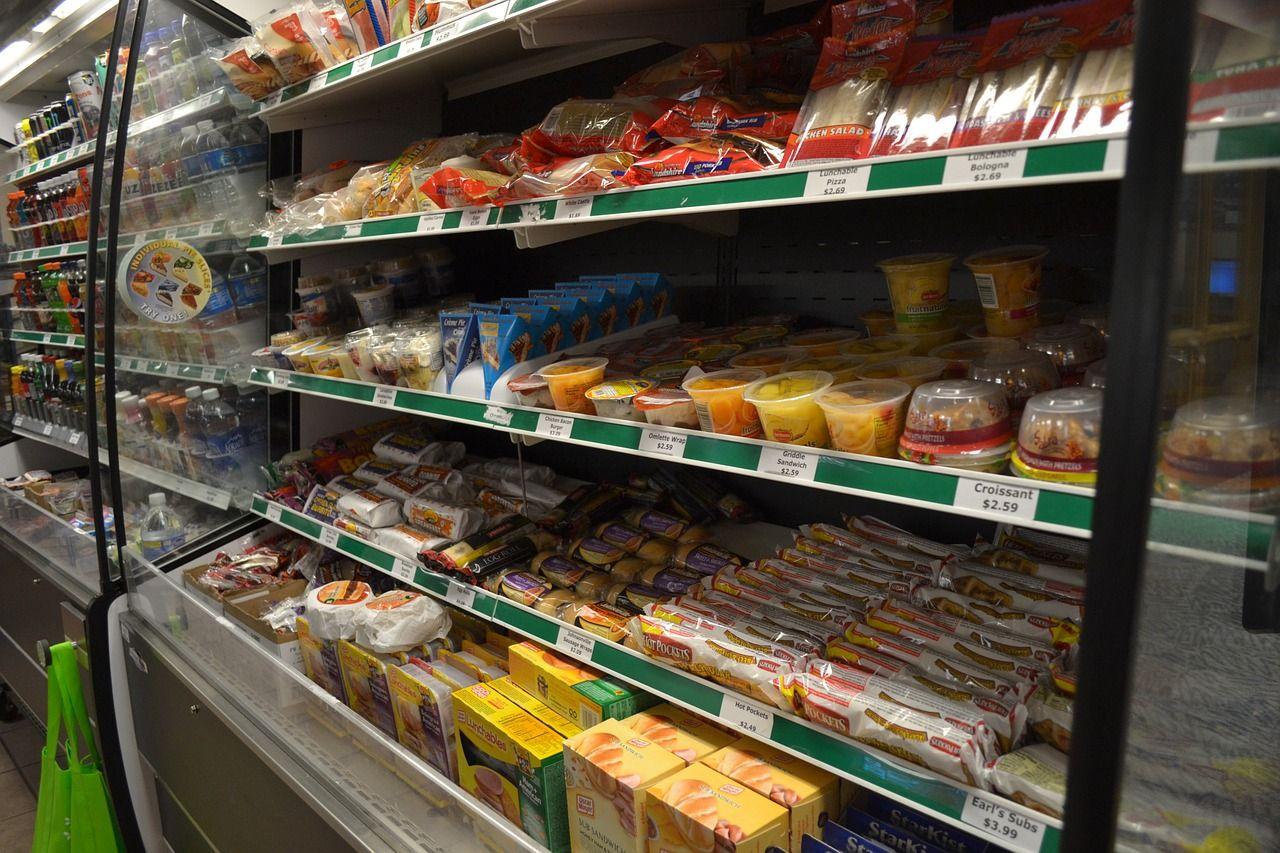 Standy kartonowe – sposób na promocję artykułów w sklepach spożywczych