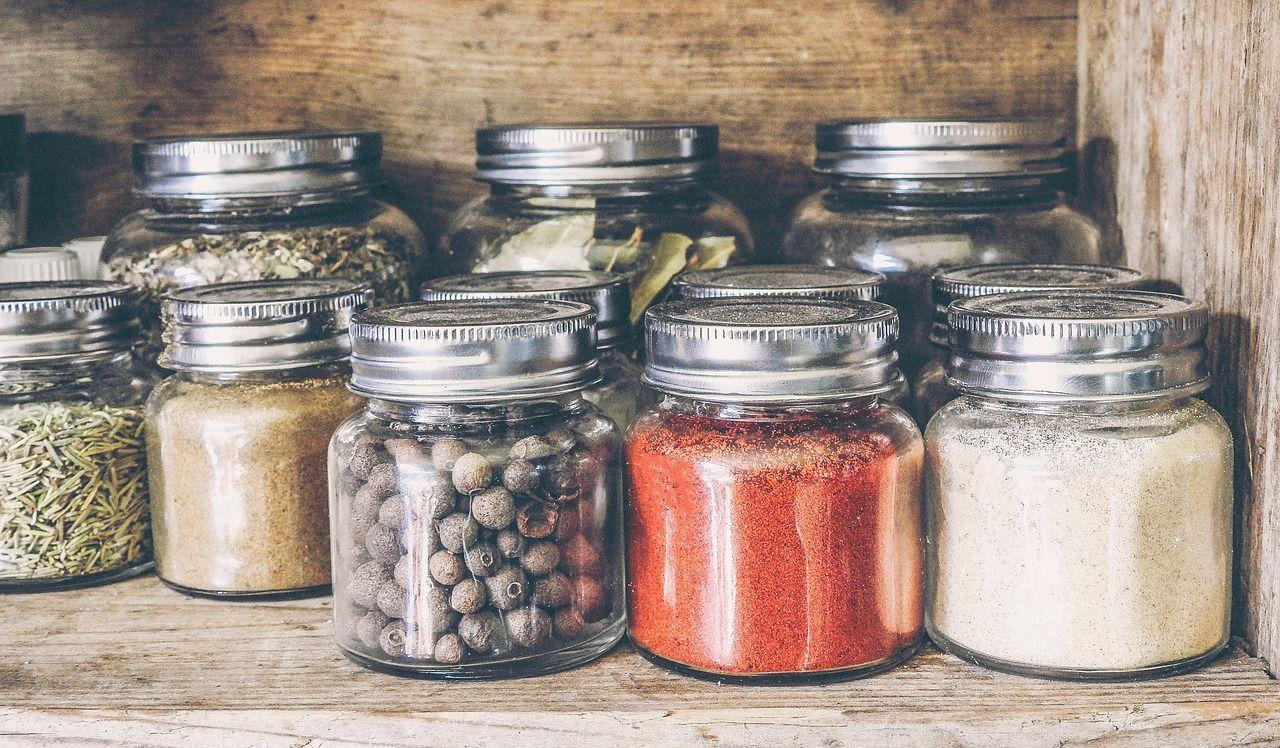 W jaki sposób uporządkować przyprawy oraz inne produkty zgromadzone w kuchni?