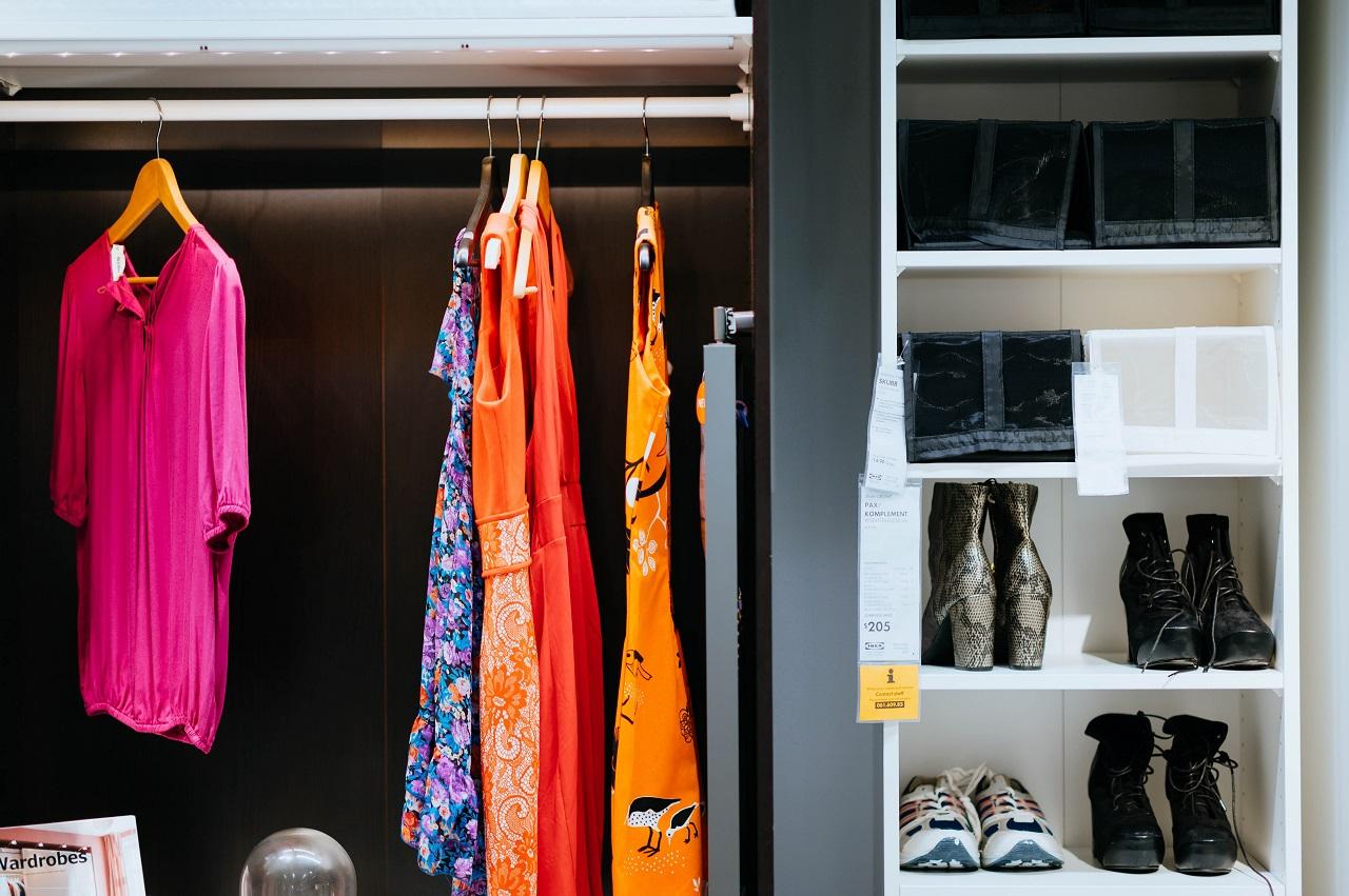 Praktyczne akcesoria, które przydadzą się w każdej szafie