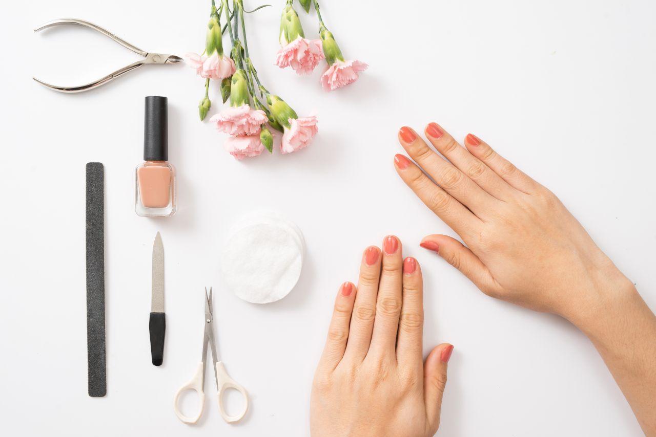 Jakie kosmetyki warto stosować w ramach domowego manicure?