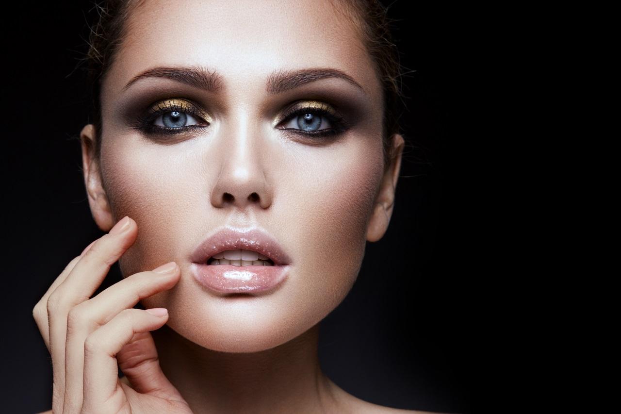 Jak wykonać idealny makijaż na każdą okazję?