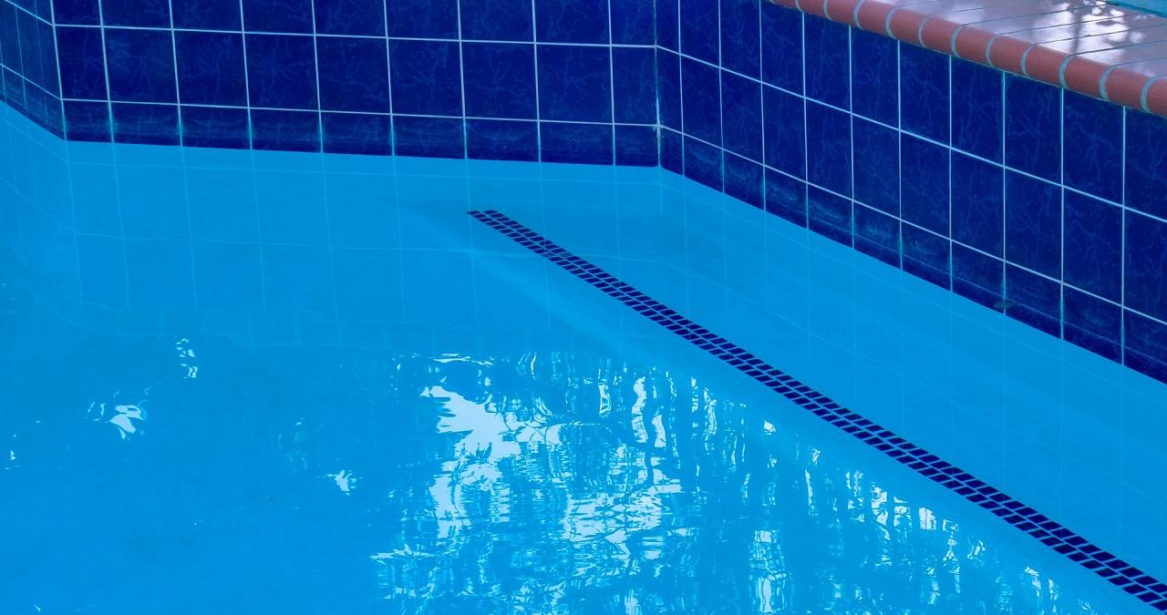 Pokrywa basenowa – sposób na zabezpieczenie wody
