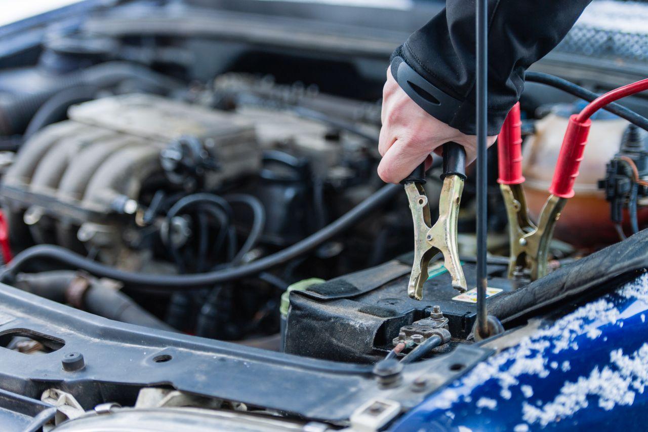 Co trzeba nabyć, aby móc podładować akumulator w pojeździe?