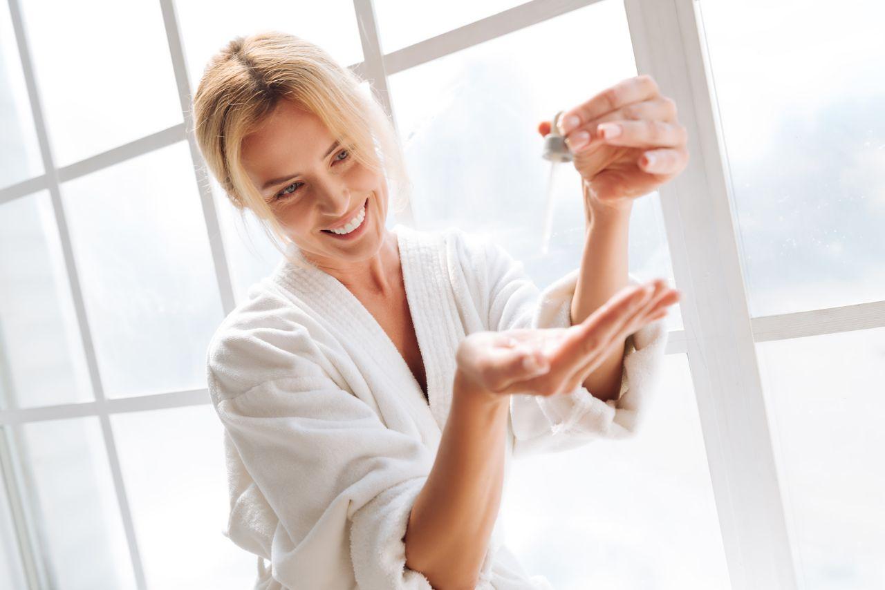 Korzyści z regularnego używania serum do twarzy