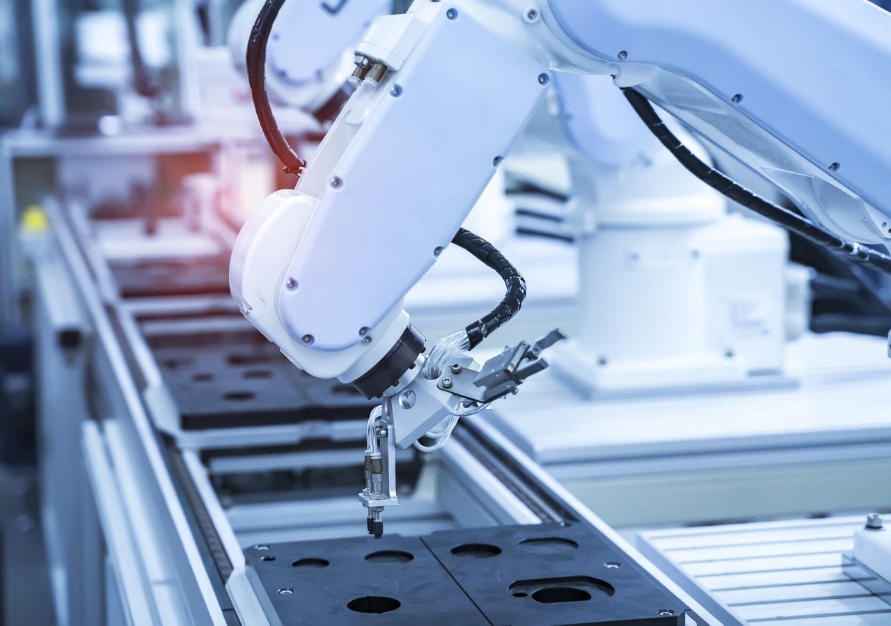 Zautomatyzowanie działań w zakładzie produkcyjnym – czy warto je wprowadzić?