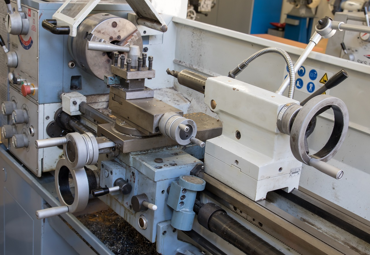 Jakie czynności trzeba podjąć w celu podtrzymania prawidłowego działania maszyn?