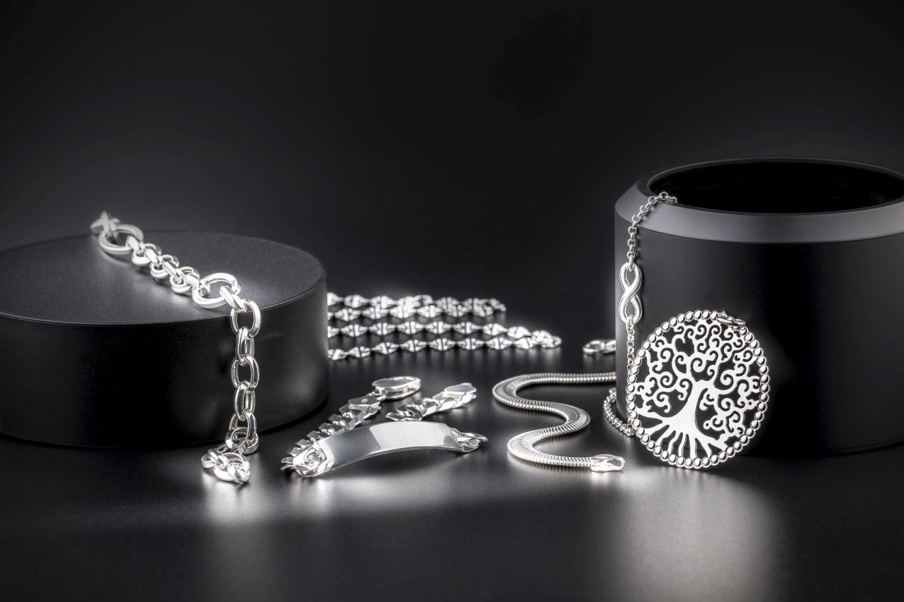 Jaką biżuterie wykonuje się z białego złota?