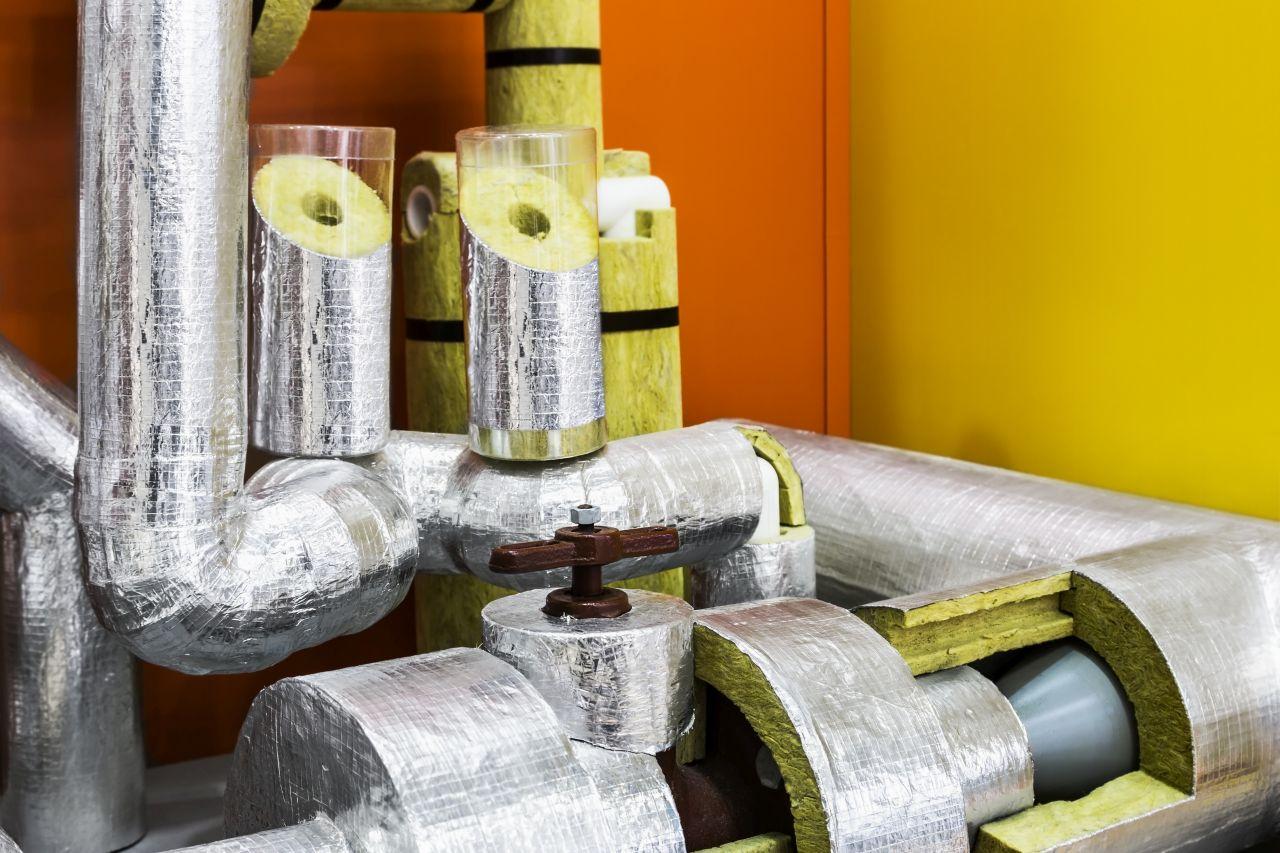 Za pomocą jakich materiałów wykonuje się izolację termiczną rur?