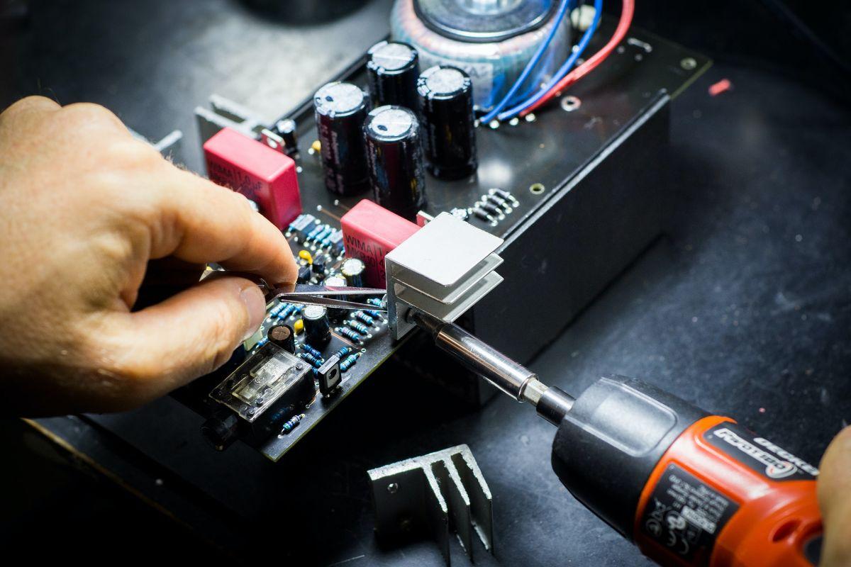 Naprawa czy wymiana na nowy sprzęt – co warto zrobić podczas awarii AGD?