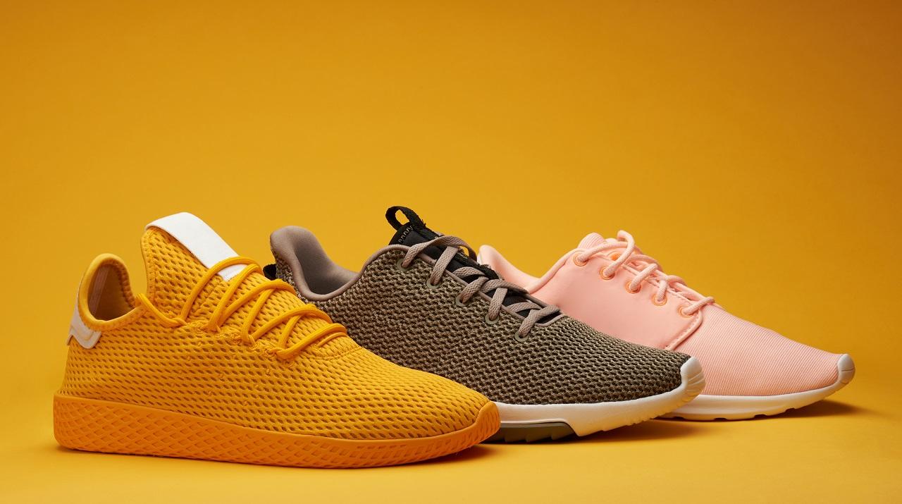 Sportowa elegancja – czy można łączyć sneakersy z eleganckimi stylizacjami?