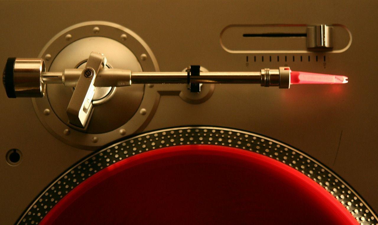 Za pomocą jakiego sprzętu można puścić muzykę z gramofonu?