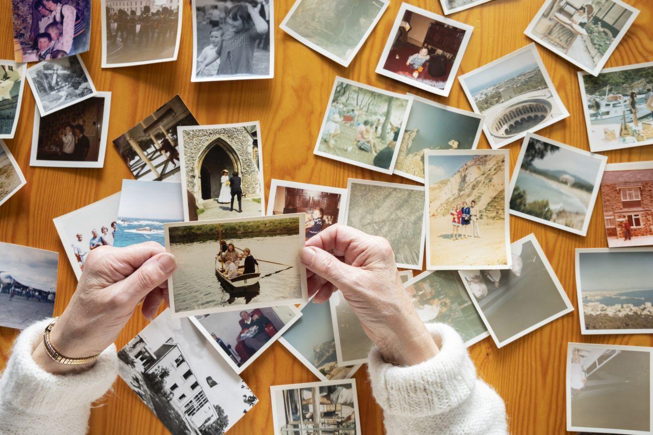 Jak efektownie i z pomysłem wzbogacić wnętrze mieszkania o zdjęcia z naszymi bliskimi?