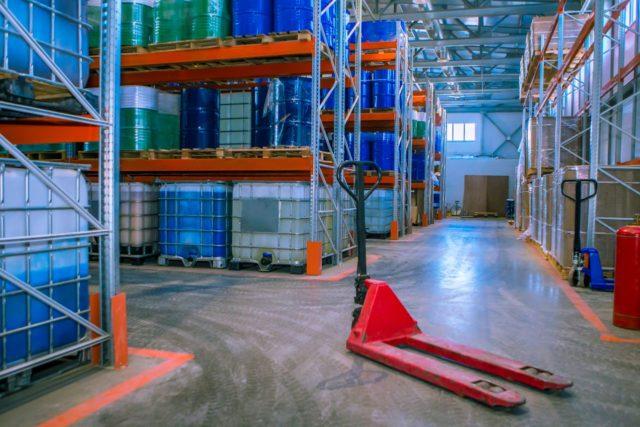 Jakie udogodnienia zabezpieczą towar przechowywany na magazynie, jak i ten przewożony w ramach transportu?